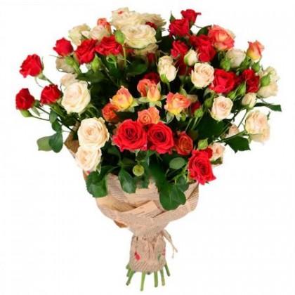 15 кустовых роз в крафт бумаге