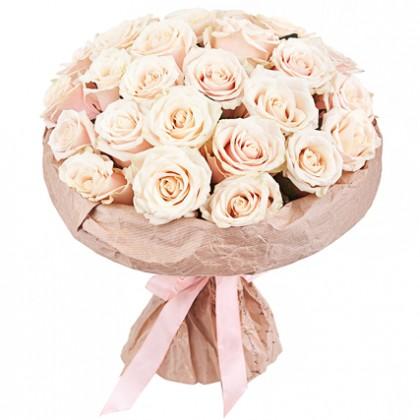 25 кремовых роз в крафте