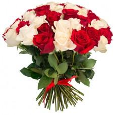 75 белых и красных роз
