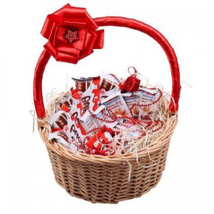 Шоколадки Kinder в корзинке